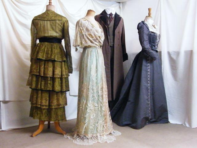 Sélection de costumes de cette période.